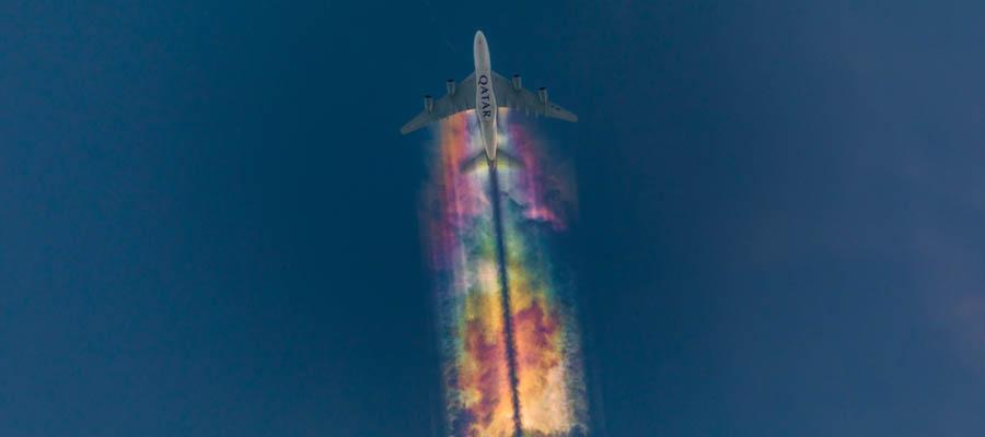 Ardında gökkuşağı bırakan uçaklar
